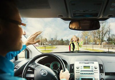 Kuljettaja-vilkuttaa-lapselle-Kuva-Liikenneturva-Nina-Monkkonen-s.jpg